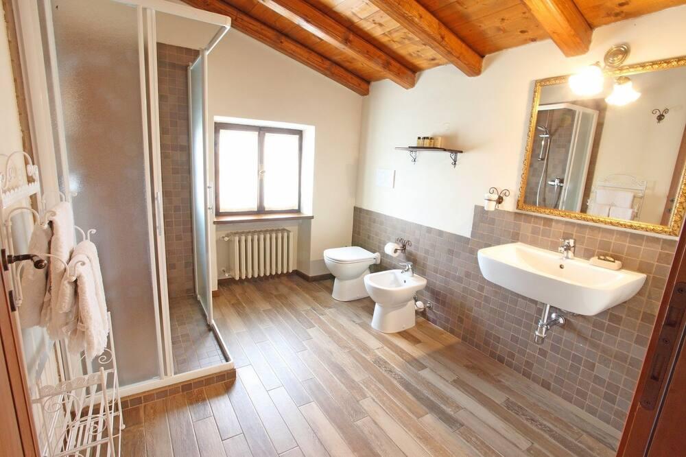 Családi lakosztály, 2 hálószobával, kapcsolódó szobák - Fürdőszoba