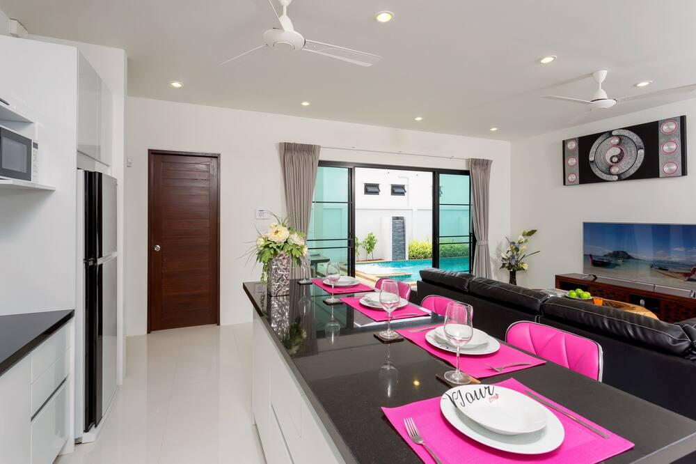 Comfort-Villa - Essbereich im Zimmer