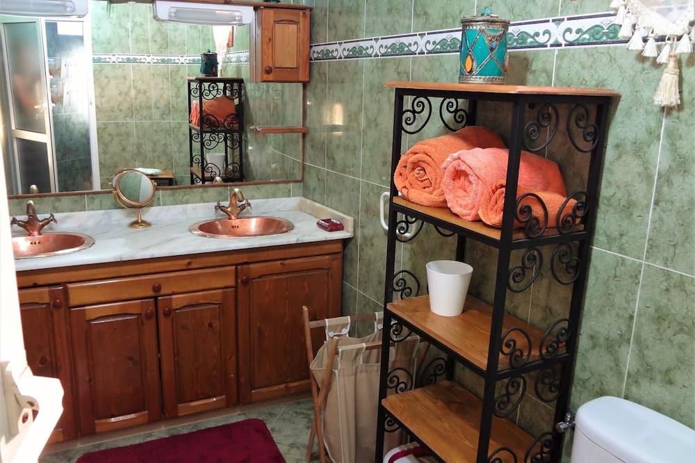 Phòng đôi cơ bản, 1 giường đôi - Chậu rửa trong phòng tắm
