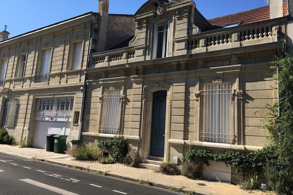Double Room (Le Baiser) - Street View