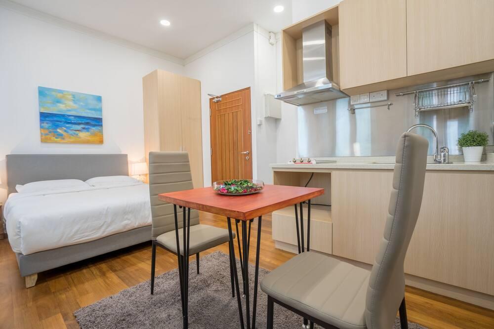 Basic Studio, 1 Queen Bed, Non Smoking - Living Area