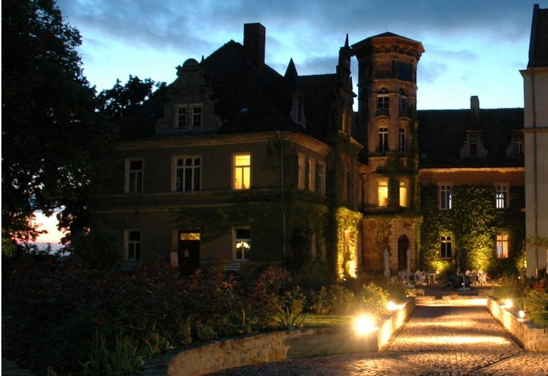 Schloss Herberge Hohenerxleben, Stassfurt, Fasada hotelu — wieczorem/nocą