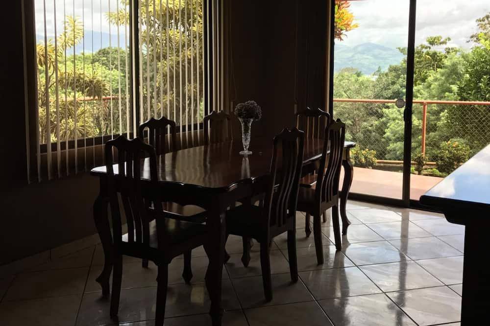 Сімейний будинок, 2 спальні, кухня, на гірському схилі - Обіди в номері