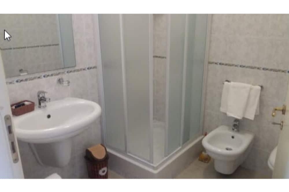 Paaugstināta komforta divvietīgs numurs, 1 divguļamā gulta - Vannasistaba
