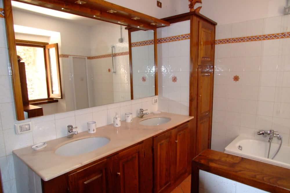 Kambarys (1 dvigulė / 2 viengulės lovos), bendras vonios kambarys - Vonios kambarys