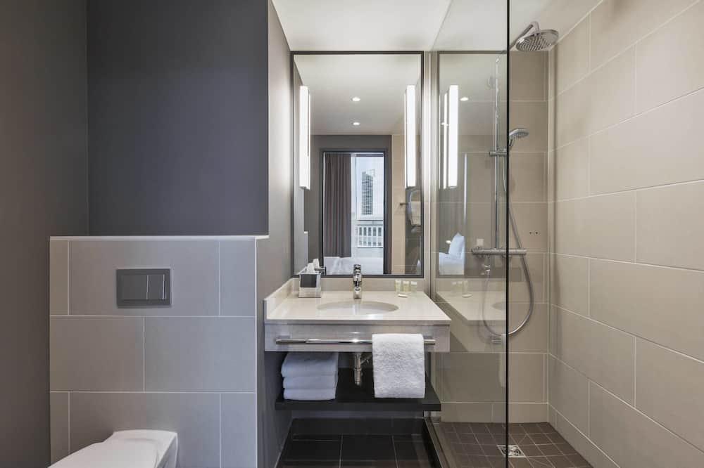 Studio trung tâm thành phố, 1 giường cỡ queen, Hiên, Quang cảnh thành phố - Phòng tắm