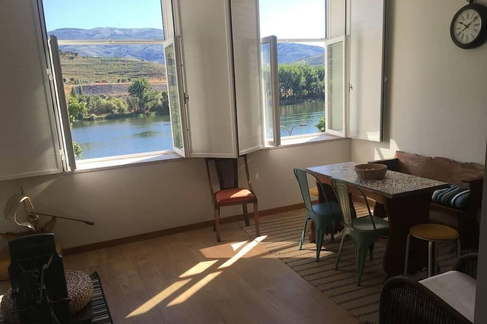 Tek Büyük Yataklı Oda, Ortak Banyo, Nehir Manzaralı - Oturma Odası