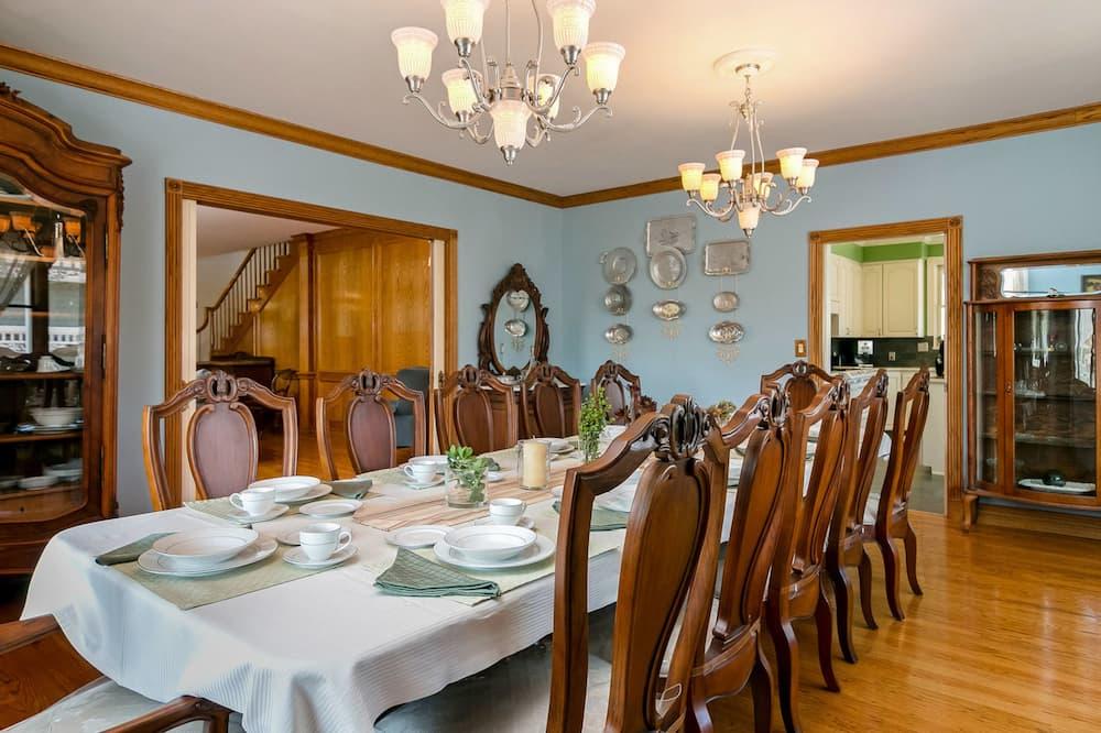 Talo, 5 makuuhuonetta - Ruokailu omassa huoneessa