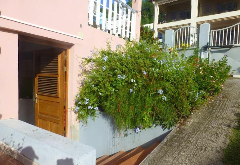 Studio in Sainte Anne, With Wonderful Mountain View, Enclosed Garden and Wifi - 400 m From the Beach, Sainte-Anne, Hotelový areál