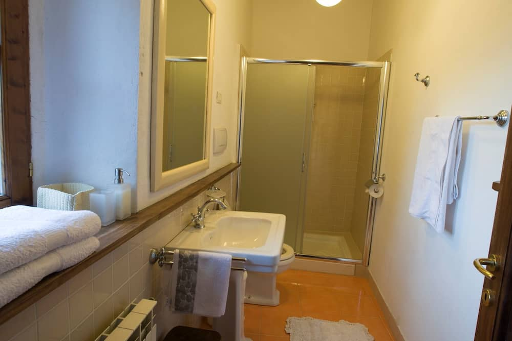 Junior-sviitti, 2 makuuhuonetta, Jaettu kylpyhuone (Bathroom shared between these 2 rooms) - Kylpyhuone