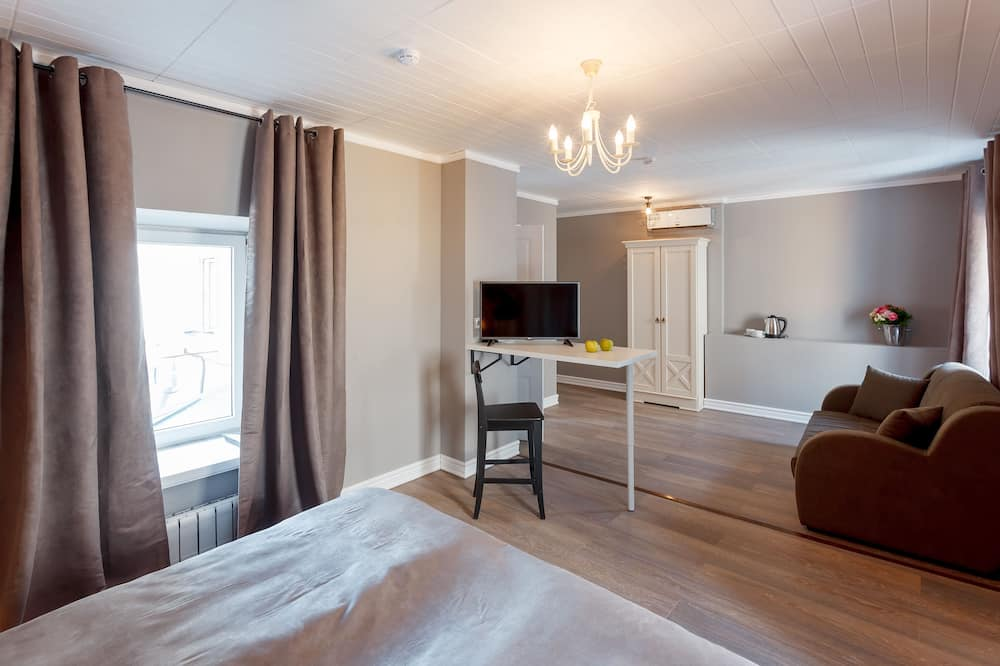 Family Studio Suite, 1 Queen Bed with Sofa bed, Non Smoking - Living Area