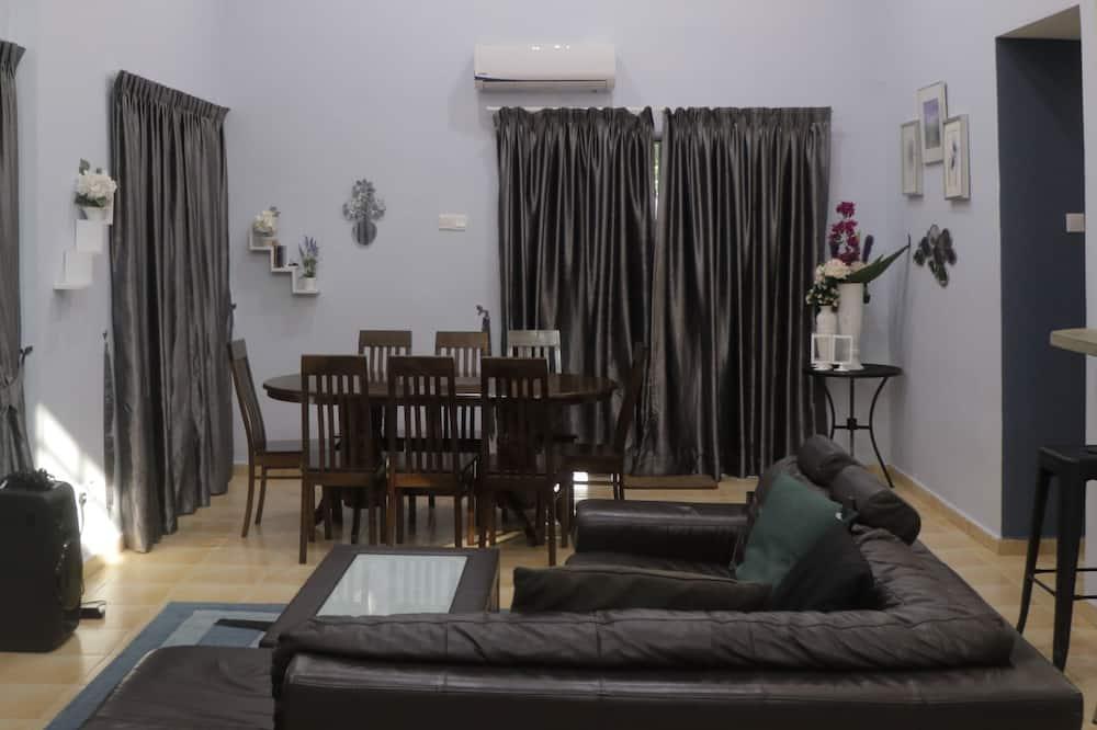 Paaugstināta komforta villa, piecas guļamistabas, skats uz baseinu, baseina puse - Dzīvojamā zona