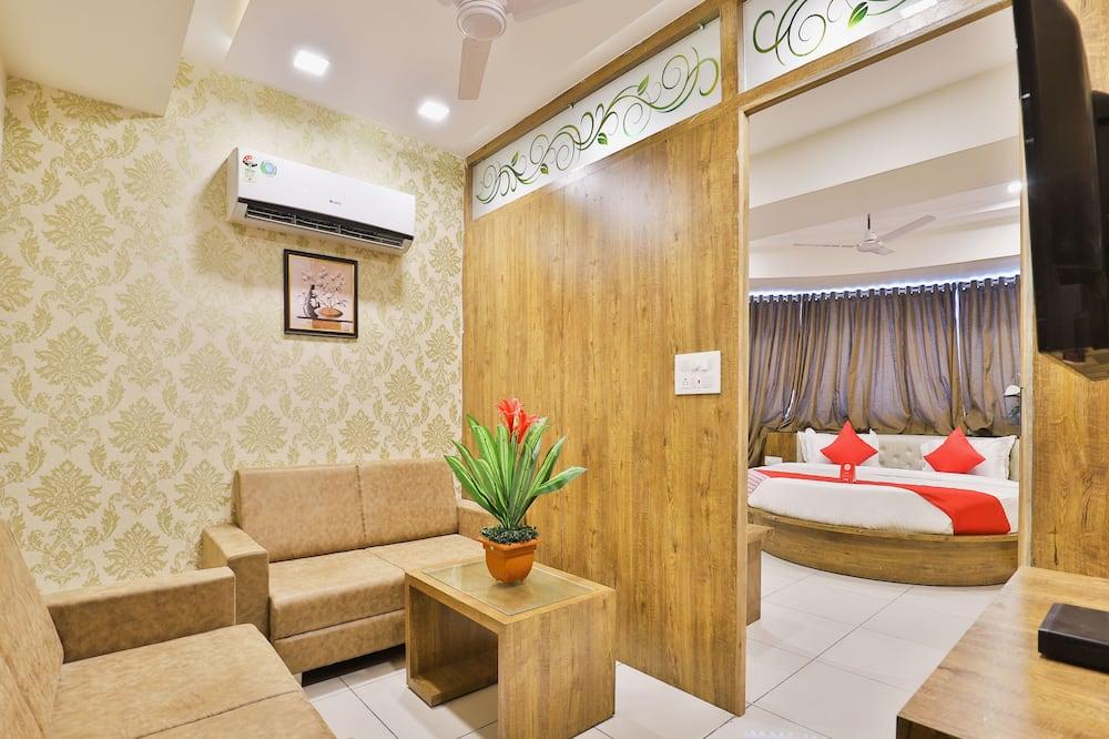 Suite, 1 Queen Bed - Living Area