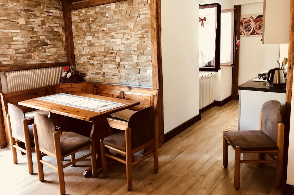شقة تقليدية - غرفتا نوم (Michelle) - تناول الطعام داخل الغرفة