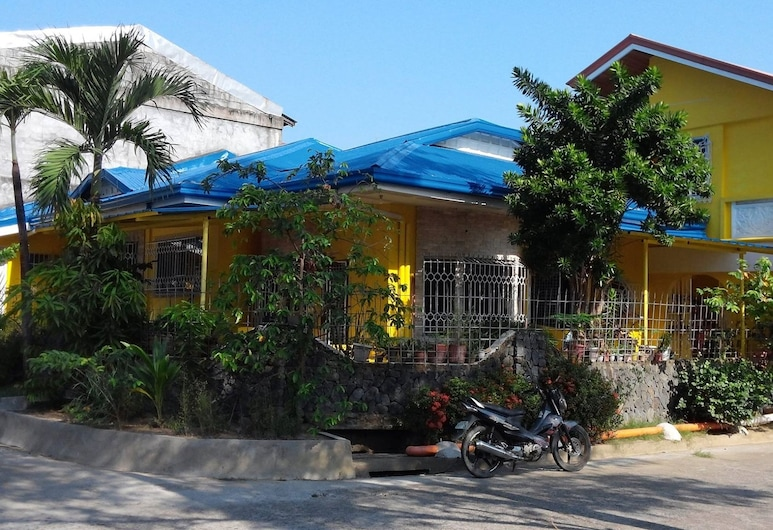 Yellow HOUSE Vacation Rental, Olongapo, Exterior