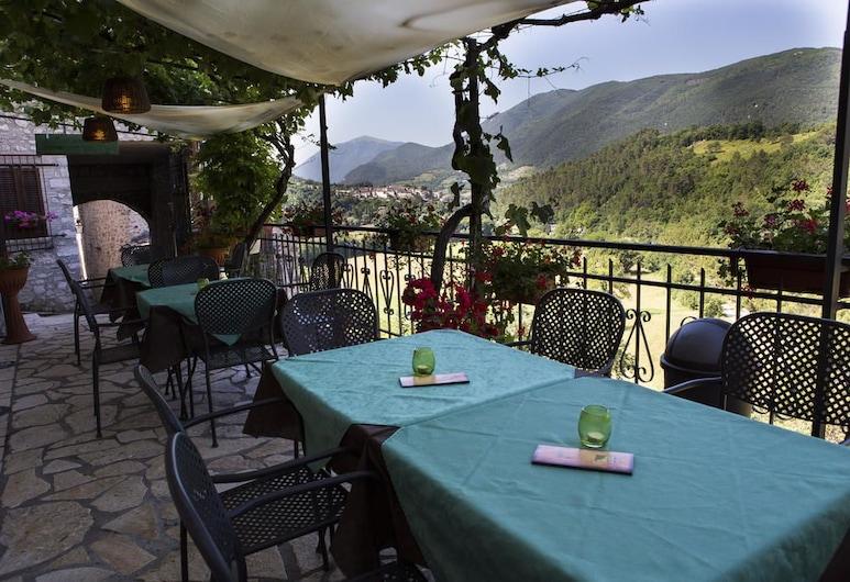 B&B la  Terrazza del Castello, Sant'Anatolia di Narco, Taras/patio