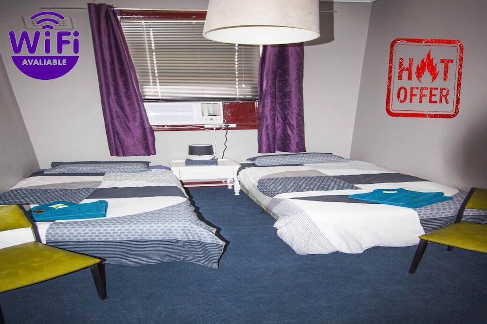 Basic szoba két külön ággyal, 2 egyszemélyes ágy, közös fürdőszoba (Room 8) - Nappali rész