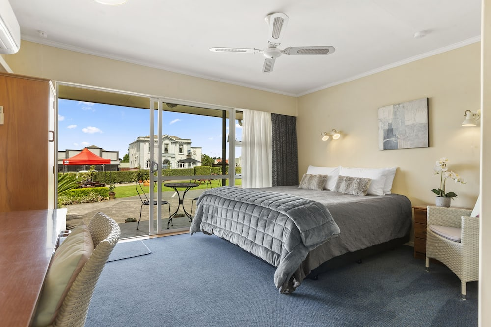 Deluxe Studio, 1 King Bed, Non Smoking - Guest Room View