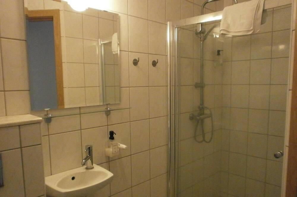 Habitación estándar con 1 cama doble o 2 individuales, baño compartido - Cuarto de baño