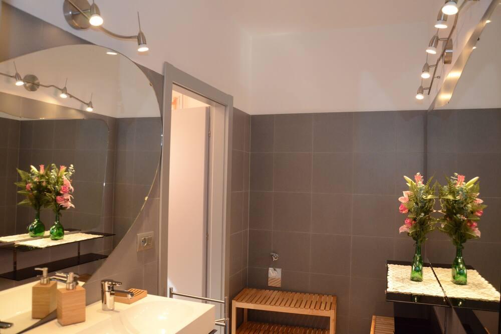 Стандартный двухместный номер с 1 двуспальной кроватью, общая ванная комната - Ванная комната