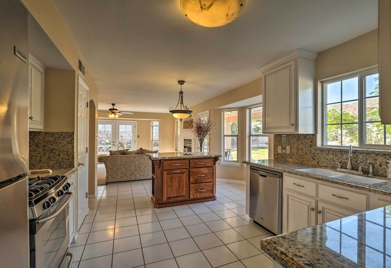 Lavish El Paso Home w/ Mountain Views - Near Golf!, إلباسو, مطبخ خاص