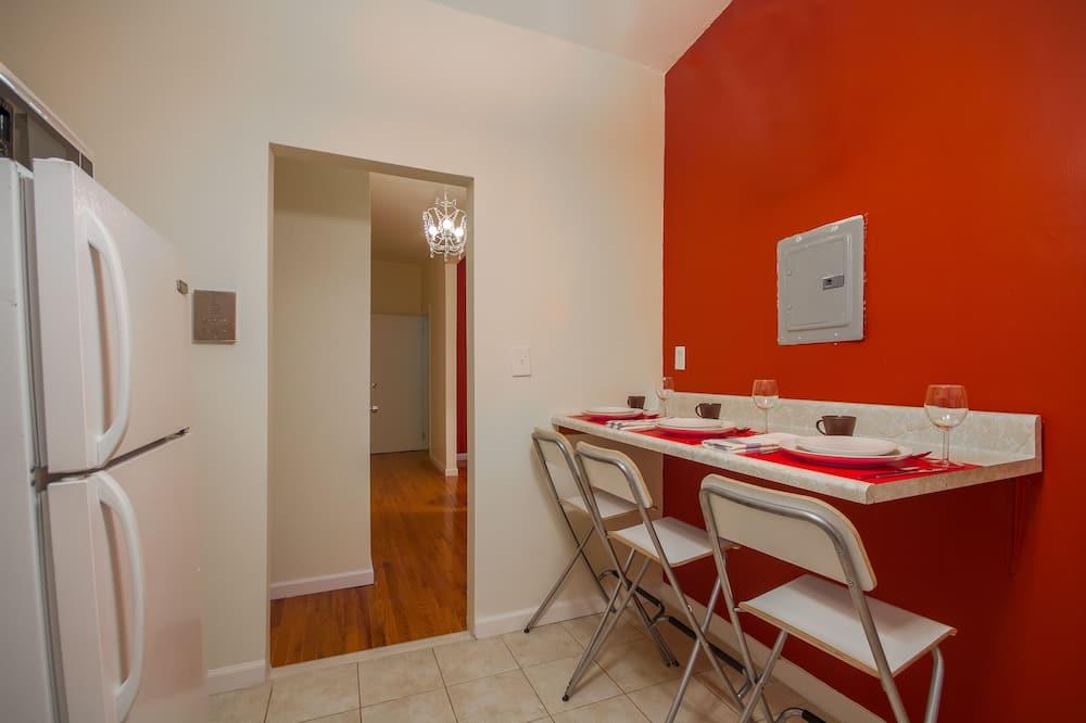 Апартаменты «Комфорт», Несколько кроватей - Обед в номере