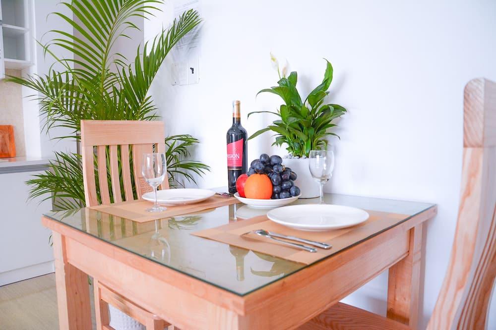 חדר דה-לוקס זוגי, נוף לעיר - אזור אוכל בחדר