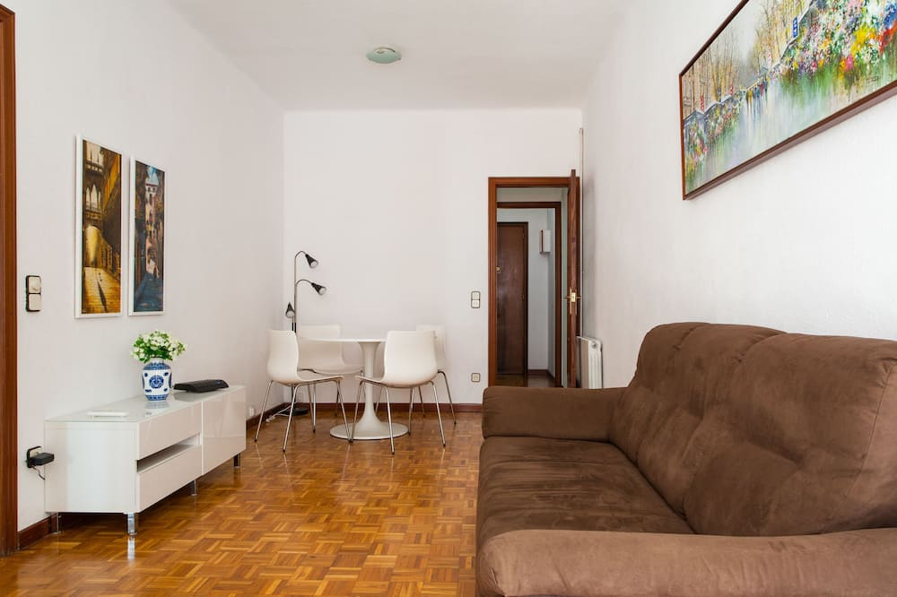Family Apartment, 3 Bedrooms, Smoking, Balcony - Living Room