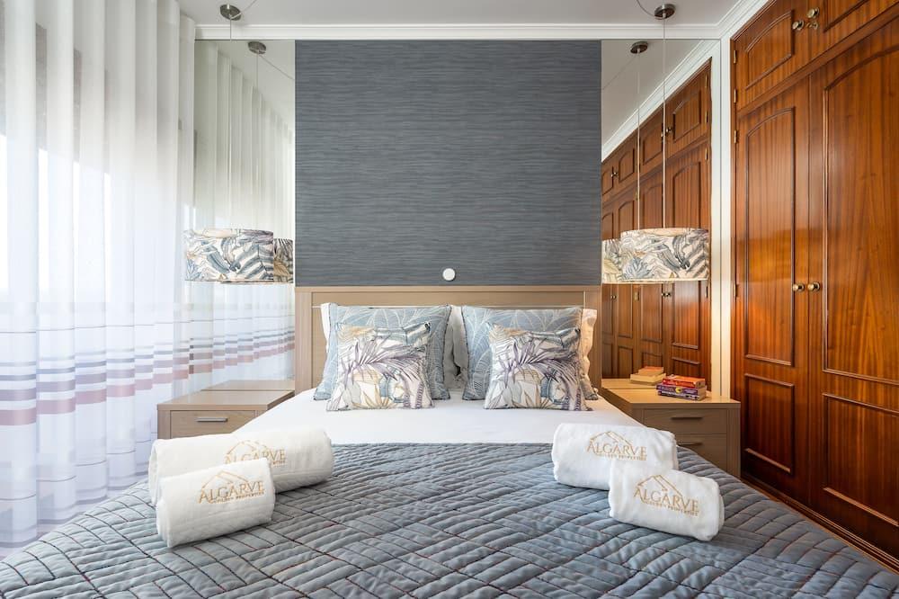 شقة فاخرة - غرفتا نوم - بشرفة - الغرفة