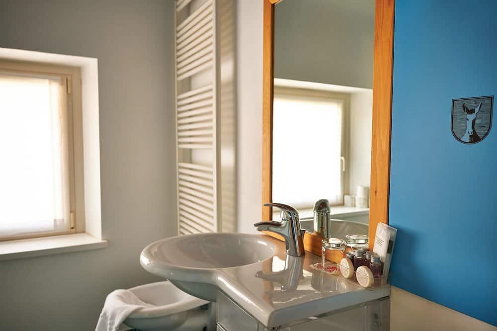 غرفة مزدوجة - في مبنى ملحق - حوض الحمام