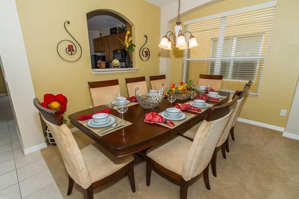 فيلا - ٦ غرف نوم - بمطبخ - تناول الطعام داخل الغرفة