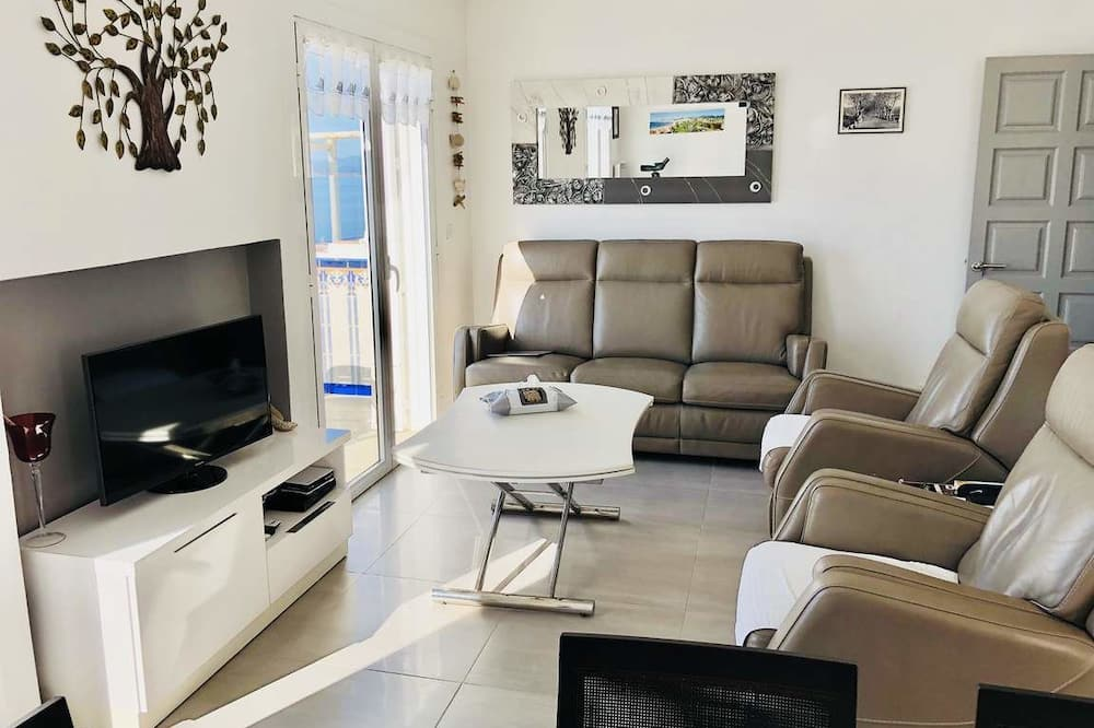 Apartment, 3 Bedrooms, Jetted Tub - Living Area