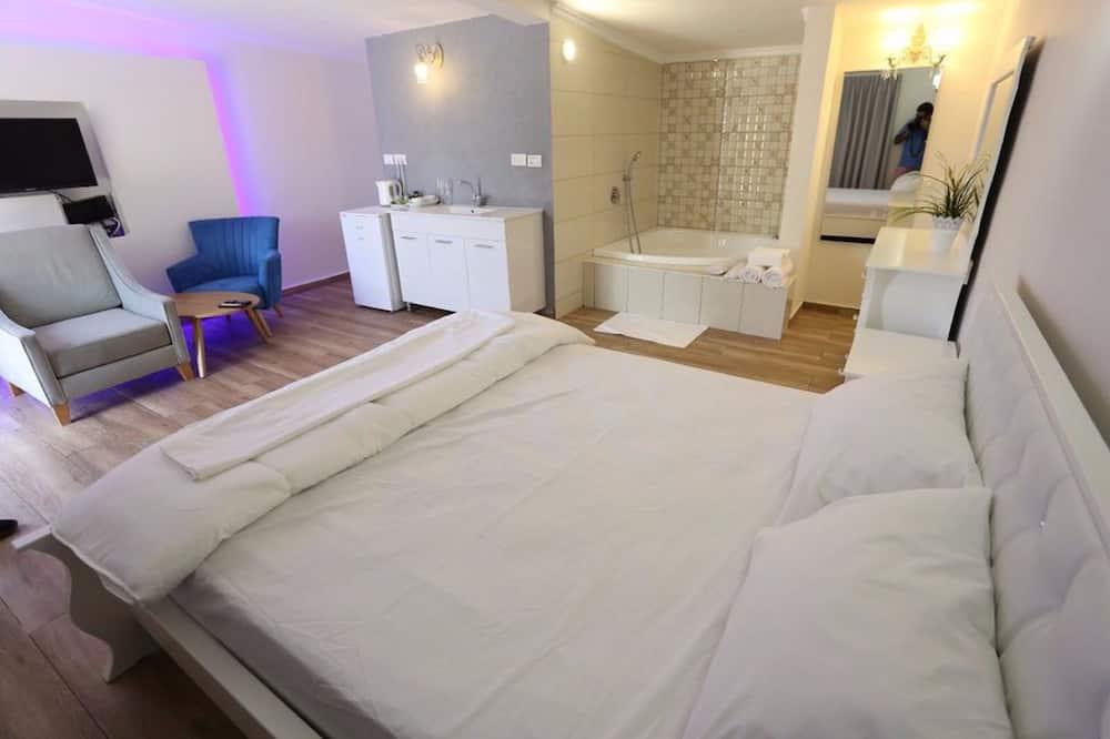 Classic Suite, Bathtub - Living Room