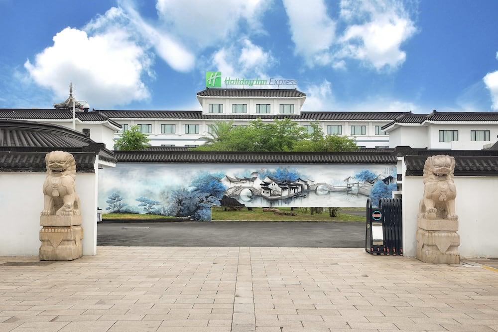 Holiday Inn Express Suzhou Zhouzhuang Ancient Town, an IHG Hotel