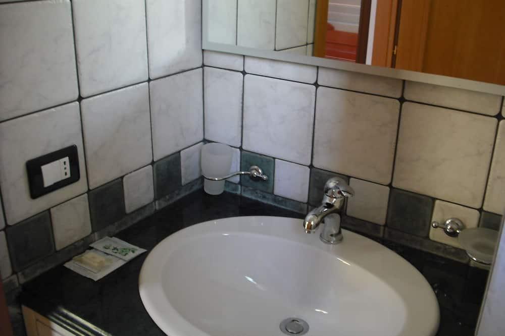 Standard-Doppel- oder -Zweibettzimmer, mit Bad, Meerblick - Waschbecken im Bad