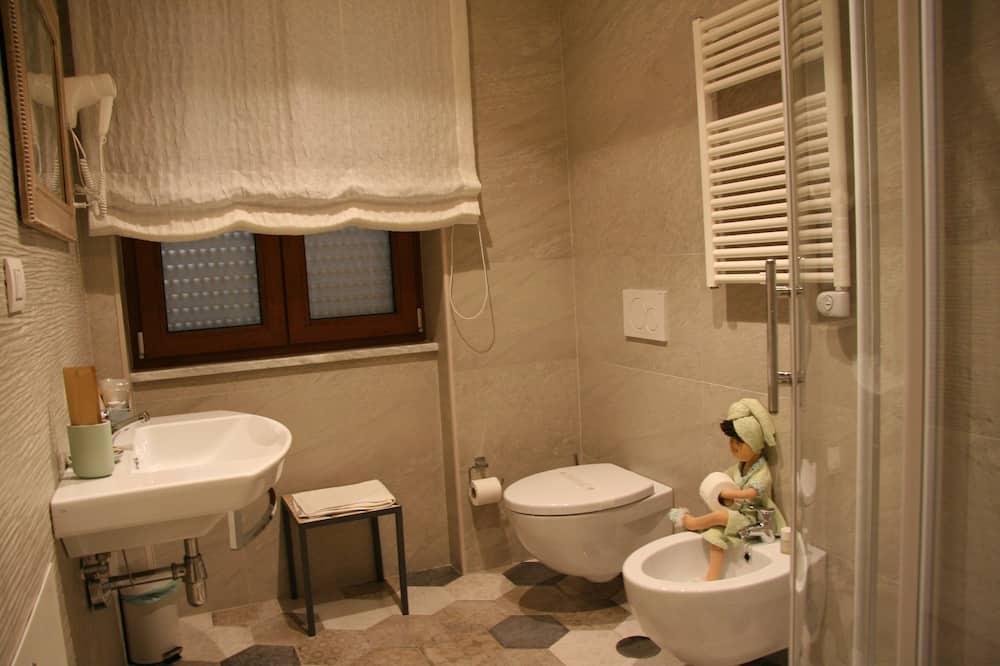 Standardní pokoj s dvojlůžkem nebo dvěma jednolůžky (4) - Koupelna