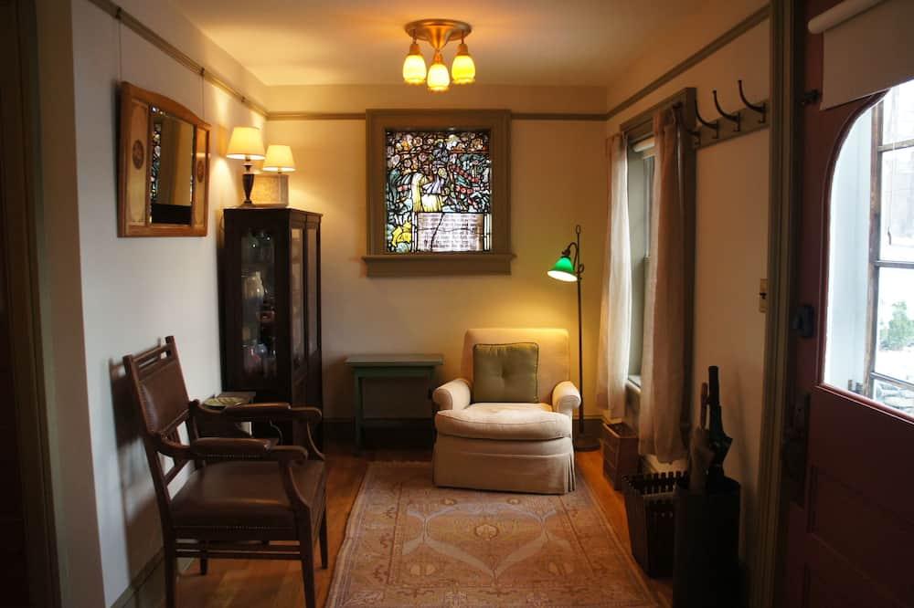 Romantic Tek Büyük Yataklı Oda (The Gardener's Room) - Oturma Alanı