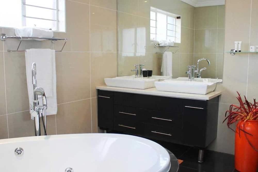 غرفة فاخرة مزدوجة أو بسريرين منفصلين - غرفة نوم واحدة - بحوض استحمام - حمّام