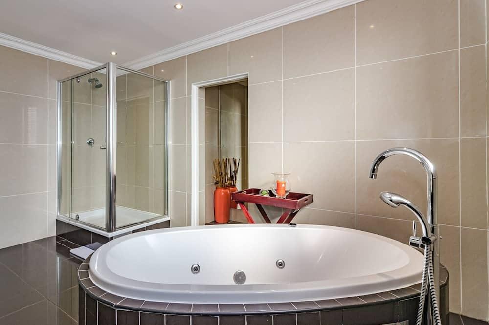 غرفة فاخرة مزدوجة أو بسريرين منفصلين - غرفة نوم واحدة - بحوض استحمام - مغطس بمضخات للمياه