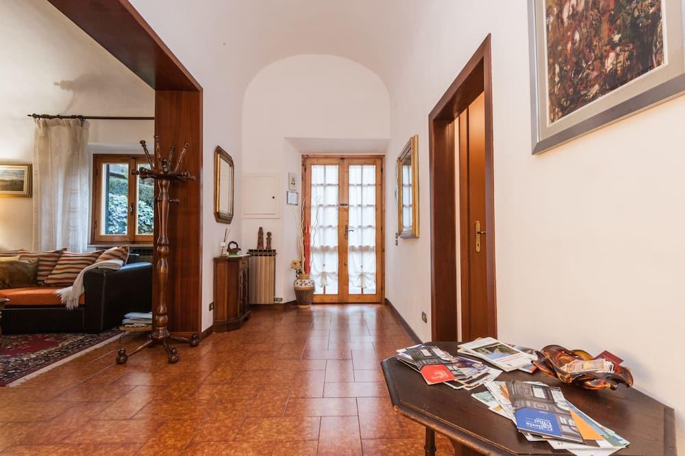 Hus - 1 soveværelse - 2 badeværelser - udsigt til have - Opholdsområde
