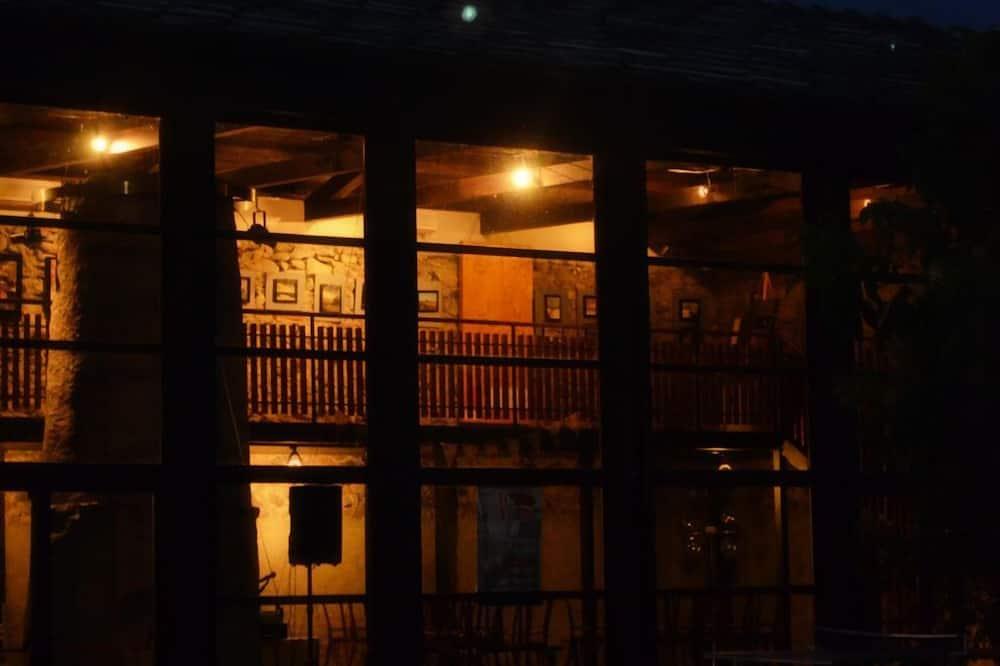 Fachada del hotel de noche