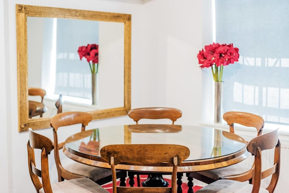 Beautiful Home In Chelsea Embankment, 3 Guests, Londres