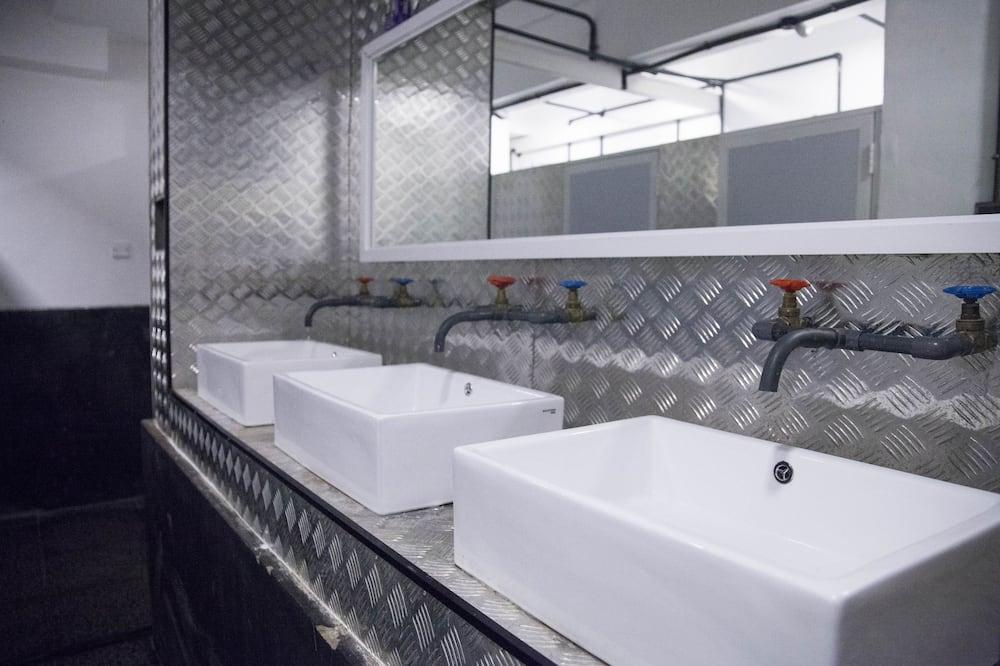 Phòng tập thể Tiêu chuẩn, Phòng tập thể nam và nữ, Đối diện biển - Phòng tắm