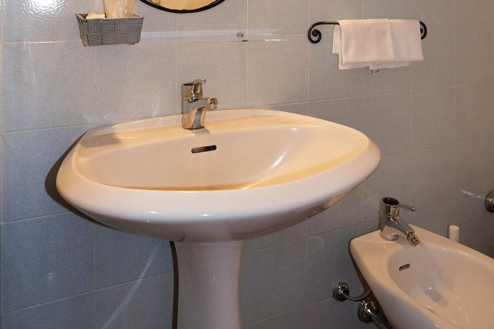 三人房 - 浴室