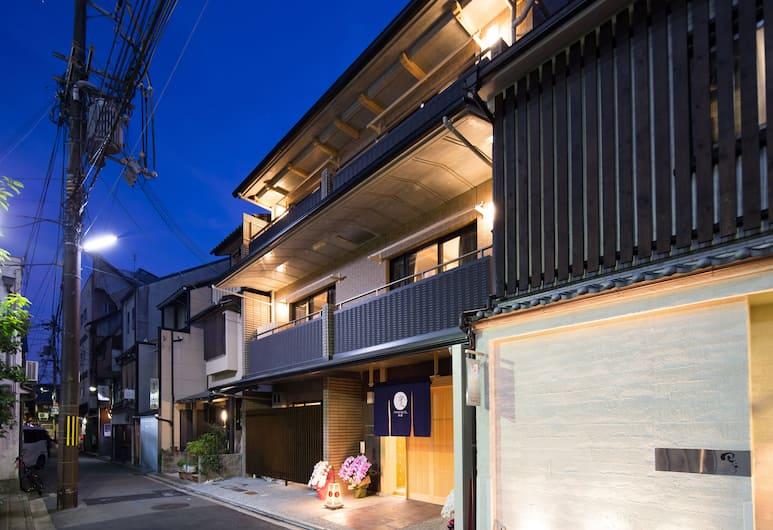 RYOKAN HOSTEL GION, Kyoto, Фасад отеля вечером/ночью
