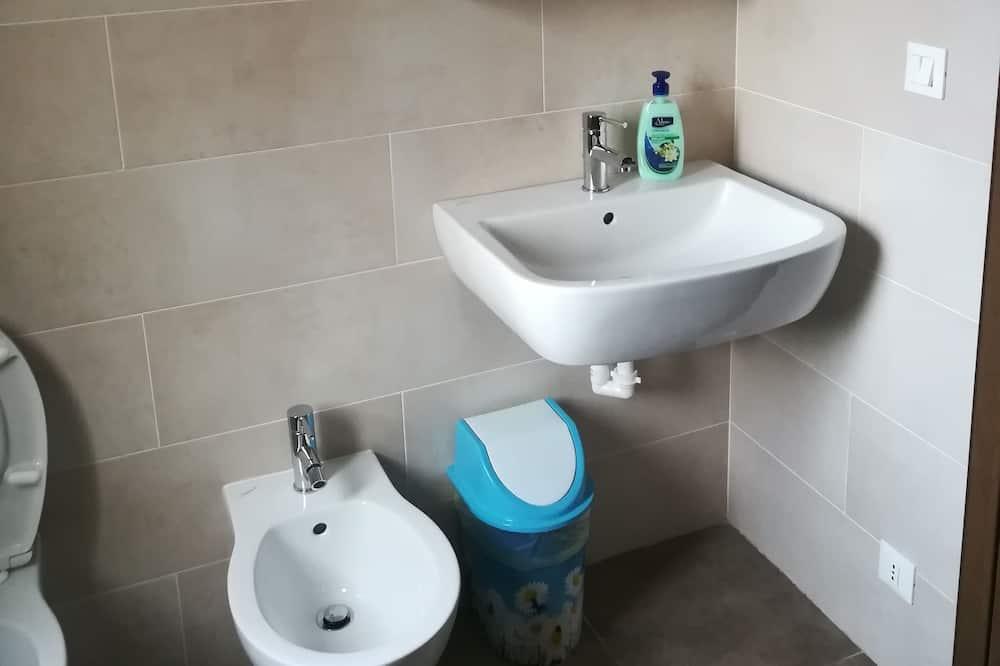 Štandardná trojlôžková izba, spoločná kúpeľňa - Umývadlo v kúpeľni