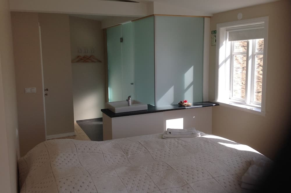 Double or Twin Room, Private Bathroom, Mountain View - Bathroom