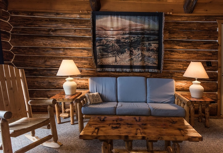 Pitlik's Sand Beach Resort, Eagle River, Deluxe Cabin, 3 Bedrooms, Lake View, Living Area