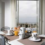 Апартаменты, 2 спальни, балкон, вид на море - Обед в номере