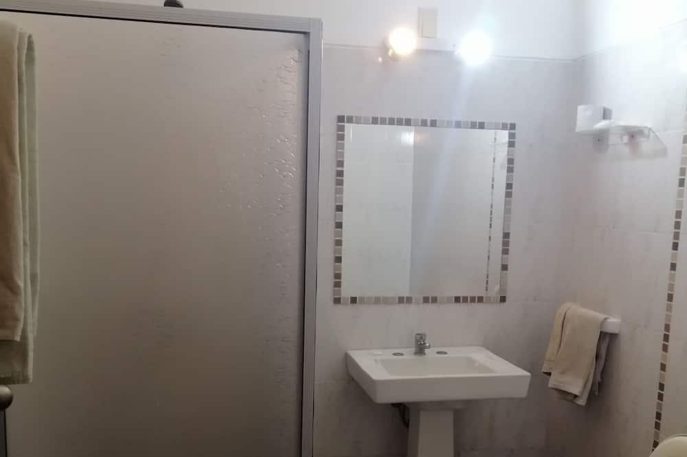 Standard-Vierbettzimmer, 1 Schlafzimmer, eigenes Bad - Badezimmer